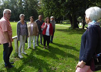 Gruppe bei einer Führung im Schlosspark
